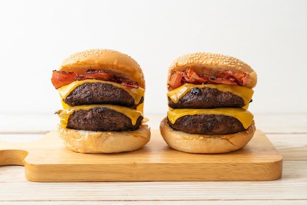 Hamburgers ou hamburgers au bœuf avec fromage et bacon - style de nourriture malsaine