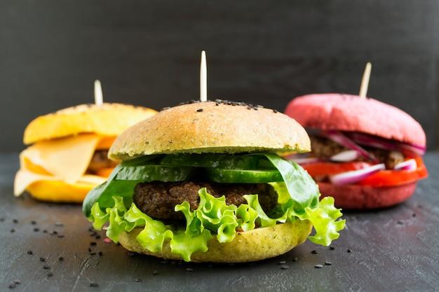Hamburgers avec des petits pains colorés.
