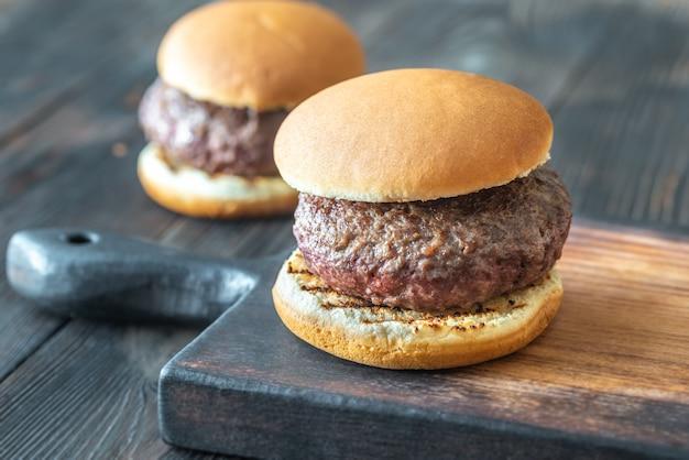 Hamburgers sur la planche à découper