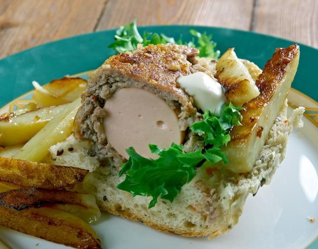 Hamdog - plat américain composé d'un hot-dog enveloppé dans une galette de bœuf, frit, une poignée de frites.