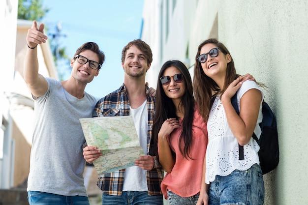 Hanches amis vérifiant la carte dans la ville