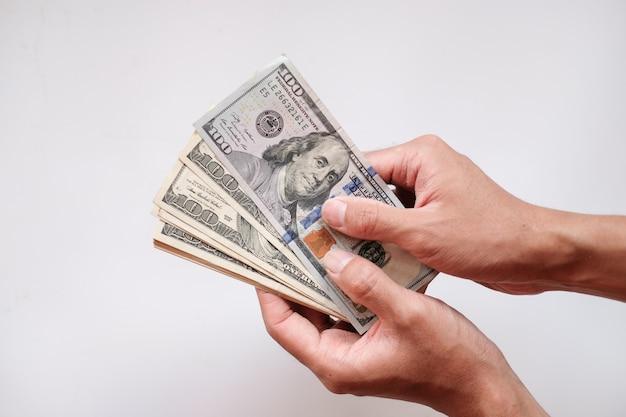 Hand holing billets en dollars américains sur fond blanc