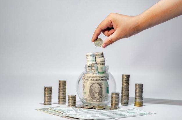 Hand money growth économiser de l'argent. haut des pièces pour montrer le concept d'entreprise en croissance