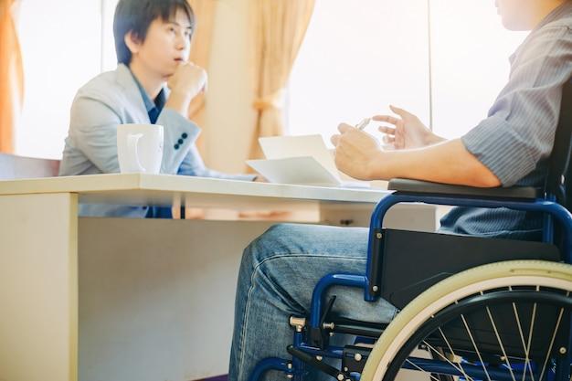 Un handicapé ou un homme handicapé peut retourner au travail