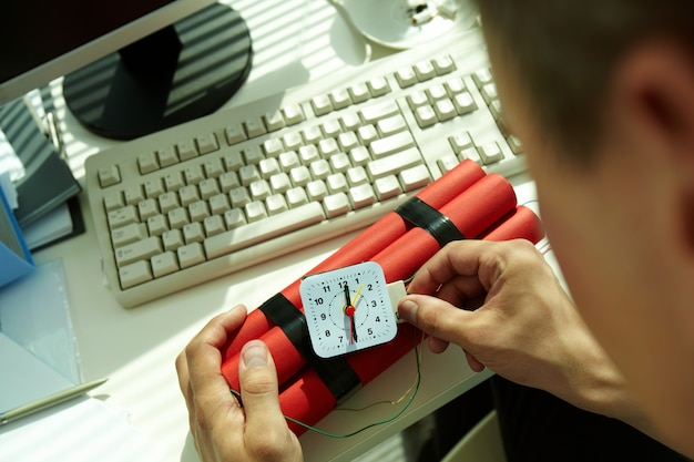 Hands close-up de l'homme préparant une bombe