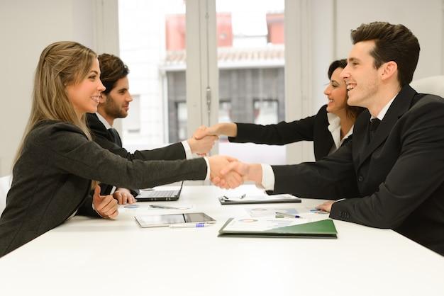 Handshakes lors d'une réunion au bureau