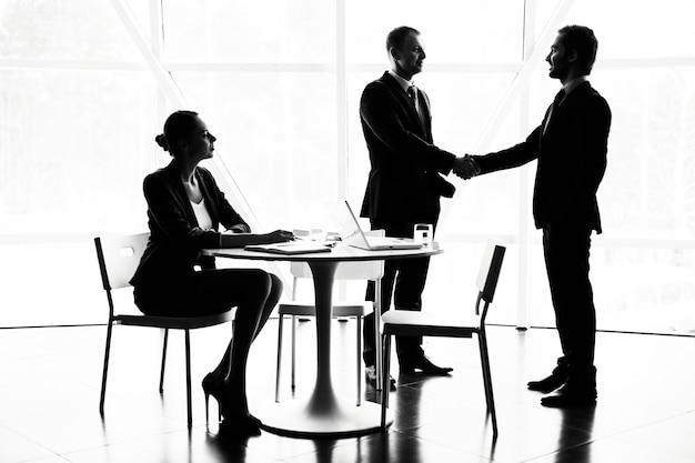 Handshaking après l'entretien