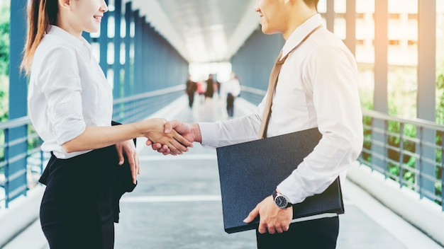 Handshaking de partenariat d'affaires après avoir heurté l'extérieur à la réunion
