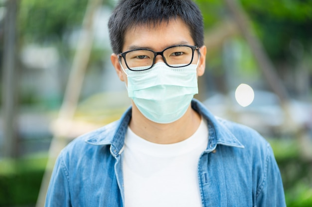 Handsomeman portant un masque facial protège le filtre contre la pollution de l'air (pm2,5) ou porte un masque n95. protéger