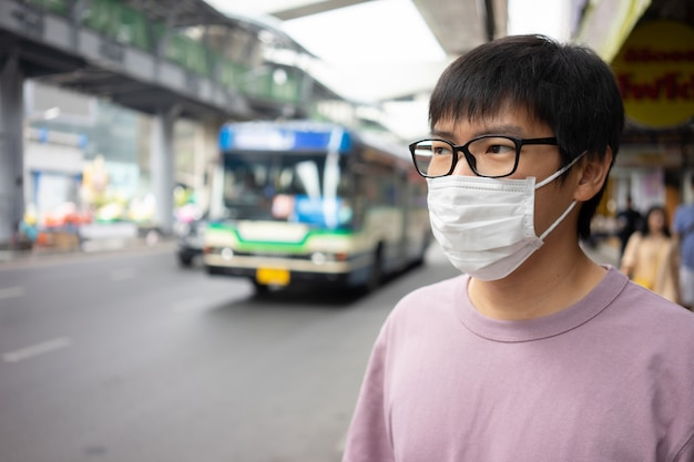 Handsomeman portant un masque facial protège le filtre contre la pollution de l'air (pm2.5)
