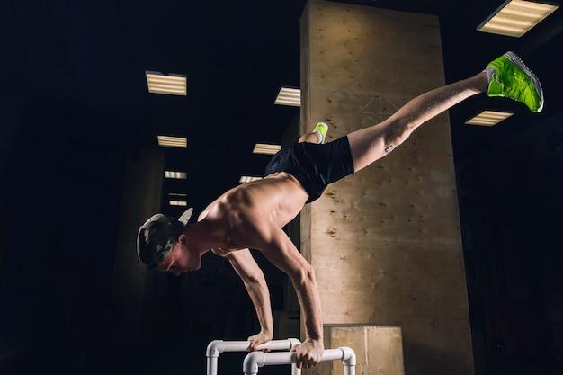 Handstand pour homme athlétique