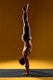 Handstand yoga pose sur tapis