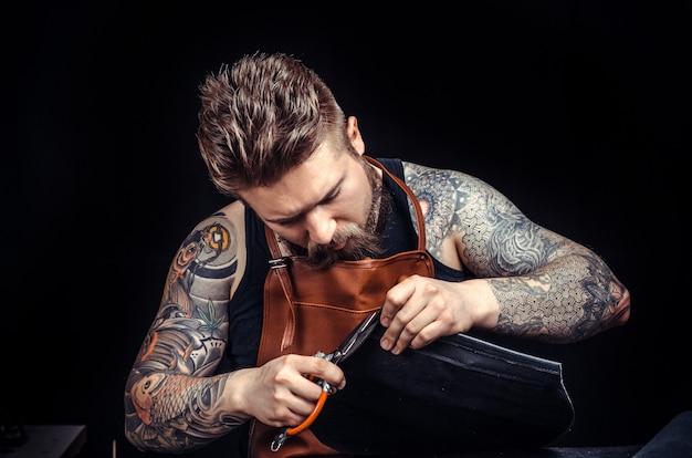 Handyman fabrique un nouveau produit en cuir