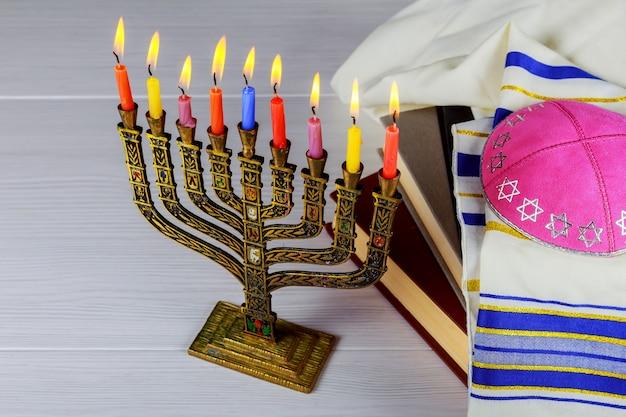 Hanoucca menorah avec des bougies heureux brûlant