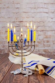 Hanoukka fête juive avec la menorah sur fond en bois