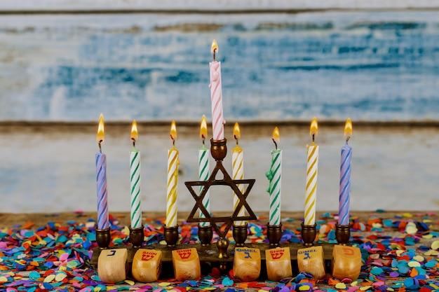 Hanoukka menorah avec des bougies pour la célébration de la 'hanoucca à l'arrière-plan