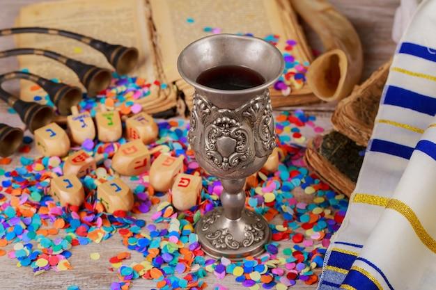 Hanoukka menorah de dreidels dans un cadre rustique