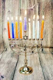 Hanoukka avec menorah traditionnelle