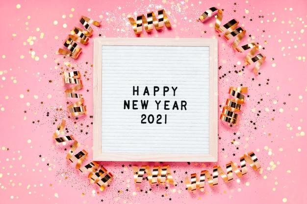 Happe new year 2021 carton à lettres et décorations de noël.