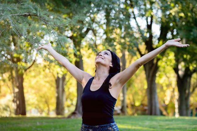 Happt femme brune dans un parc