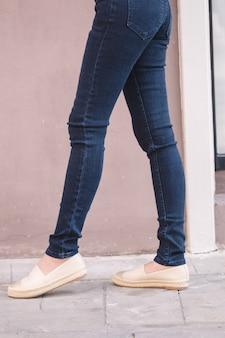 Happy asia woman in denim skinny jeans, midnight blue jeans