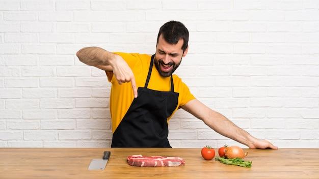 Happy chef dans une cuisine