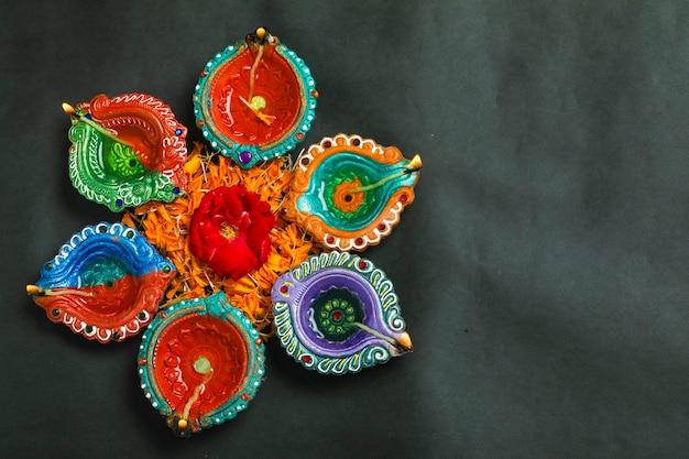 Happy diwali allumé des bougies vue de dessus