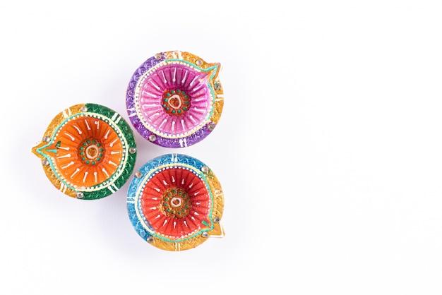 Happy diwali - lampe à huile traditionnelle colorée diya sur blanc