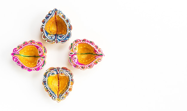 Happy diwali - lampe à huile traditionnelle colorée diya sur fond blanc