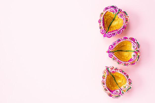 Happy diwali - lampes en argile diya allumées pendant la célébration du festival hindou de dipavali