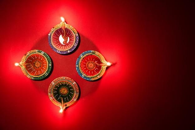 Happy diwali - des lampes en argile diya allumées pour célébrer le festival hindou des lumières