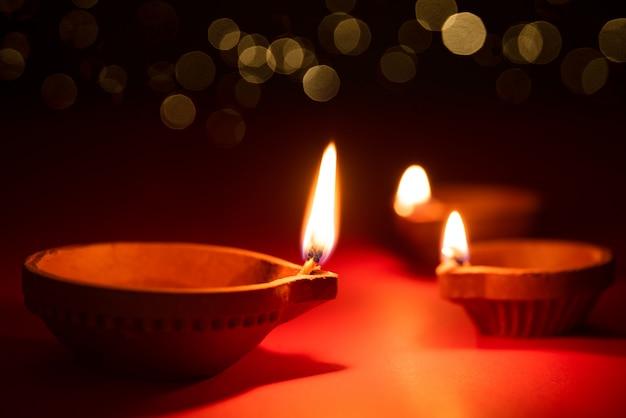 Happy diwali - lampes clay diya allumées, fête hindoue des lumières