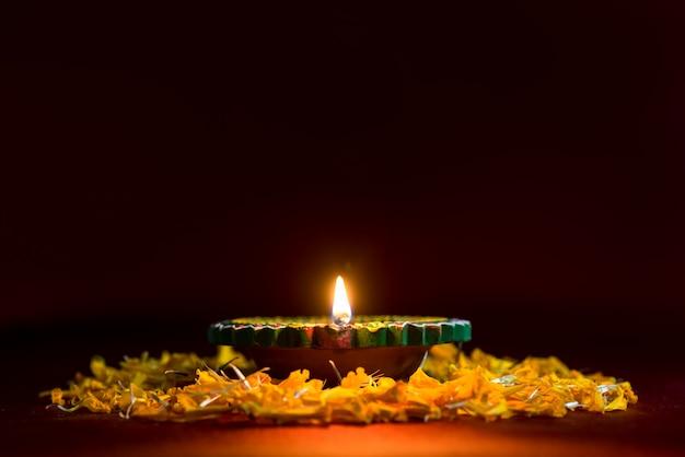 Happy diwali - lampes clay diya allumées pendant la célébration de diwali. conception de cartes de voeux du festival indien de la lumière hindoue appelé diwali