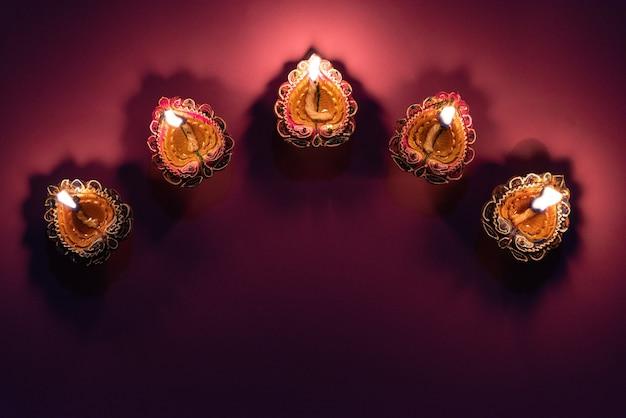 Happy diwali - lampes clay diya allumées pendant la célébration du festival hindou de dipavali.