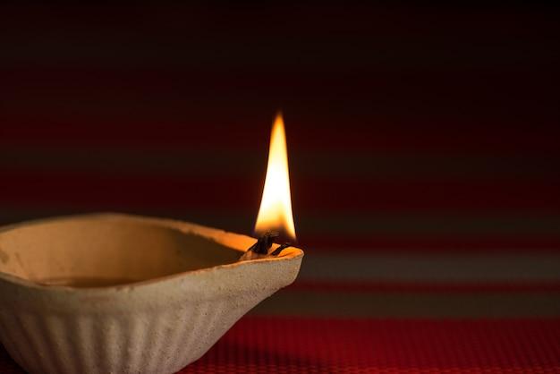 Happy diwali - lampes clay diya allumées pendant dipavali, festival hindou des lumières