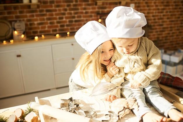 Happy family funny kids prépare la pâte
