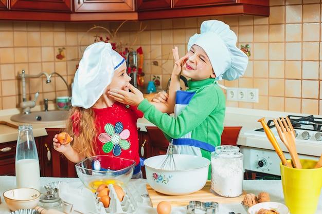 Happy family funny kids préparent la pâte, préparent des biscuits dans la cuisine