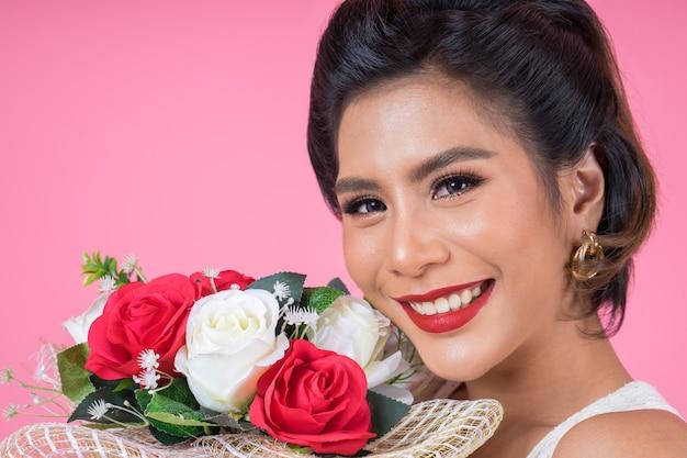 Happy fashion femmes et bouquet de fleurs