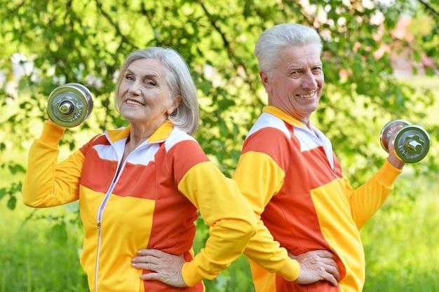 Happy fit senior couple exerçant dans le parc