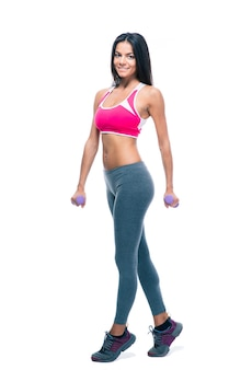 Happy fitness woman holding haltères