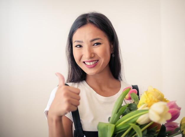 Happy fleuriste asiatique