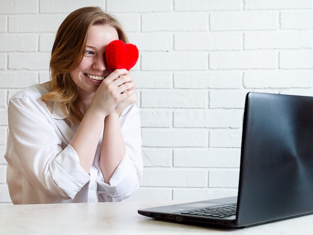 Happy girl communique sur les sites de rencontres, mode de vie. concept d'amour et de relations en ligne.