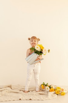 Happy girl holding fleurs copie espace