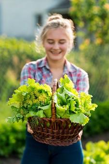Happy girl holding panier de laitue