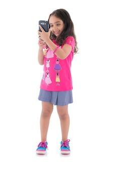 Happy girl photographier avec l'appareil photo du téléphone