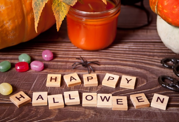 Happy halloween blocs en bois avec bougie et citrouilles