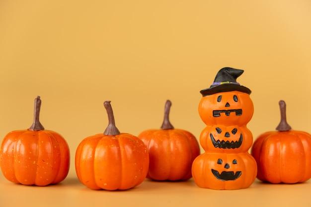 Happy halloween, citrouilles sur fond orange, concept d'halloween. copiez l'espace.