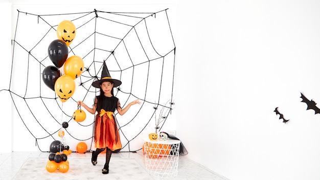 Happy halloween petite sorcière avec une citrouille
