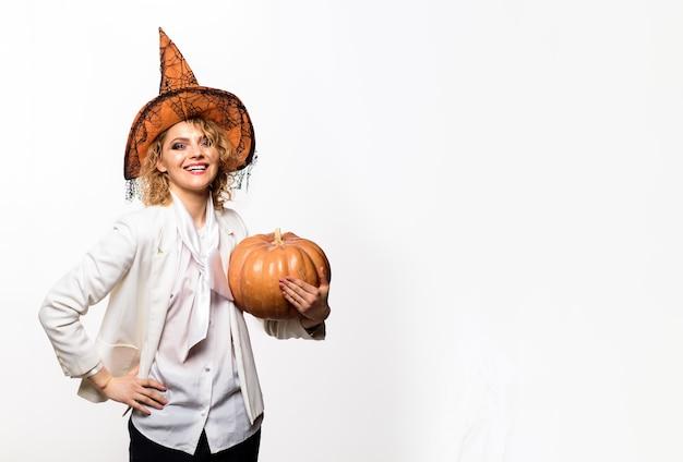 Happy halloween sorcière avec citrouille trick or treat halloween party jeune fille avec jackolantern