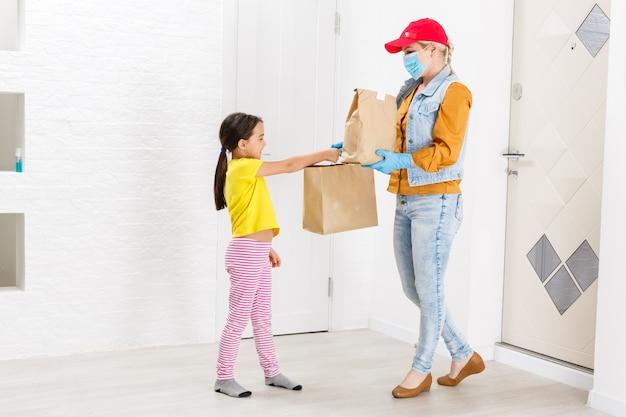 Happy little girl recevant dans delivered pacakge, livraison pour les enfants